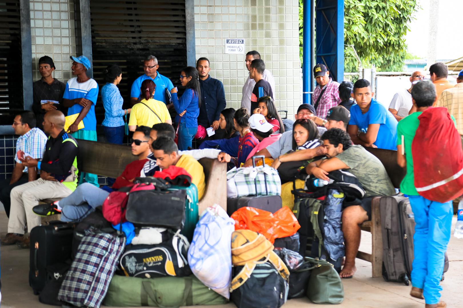 Migrantes venezuelanos aguardam na fronteira, em Pacaraima (RR). (Foto: Leonardo Medeiros)