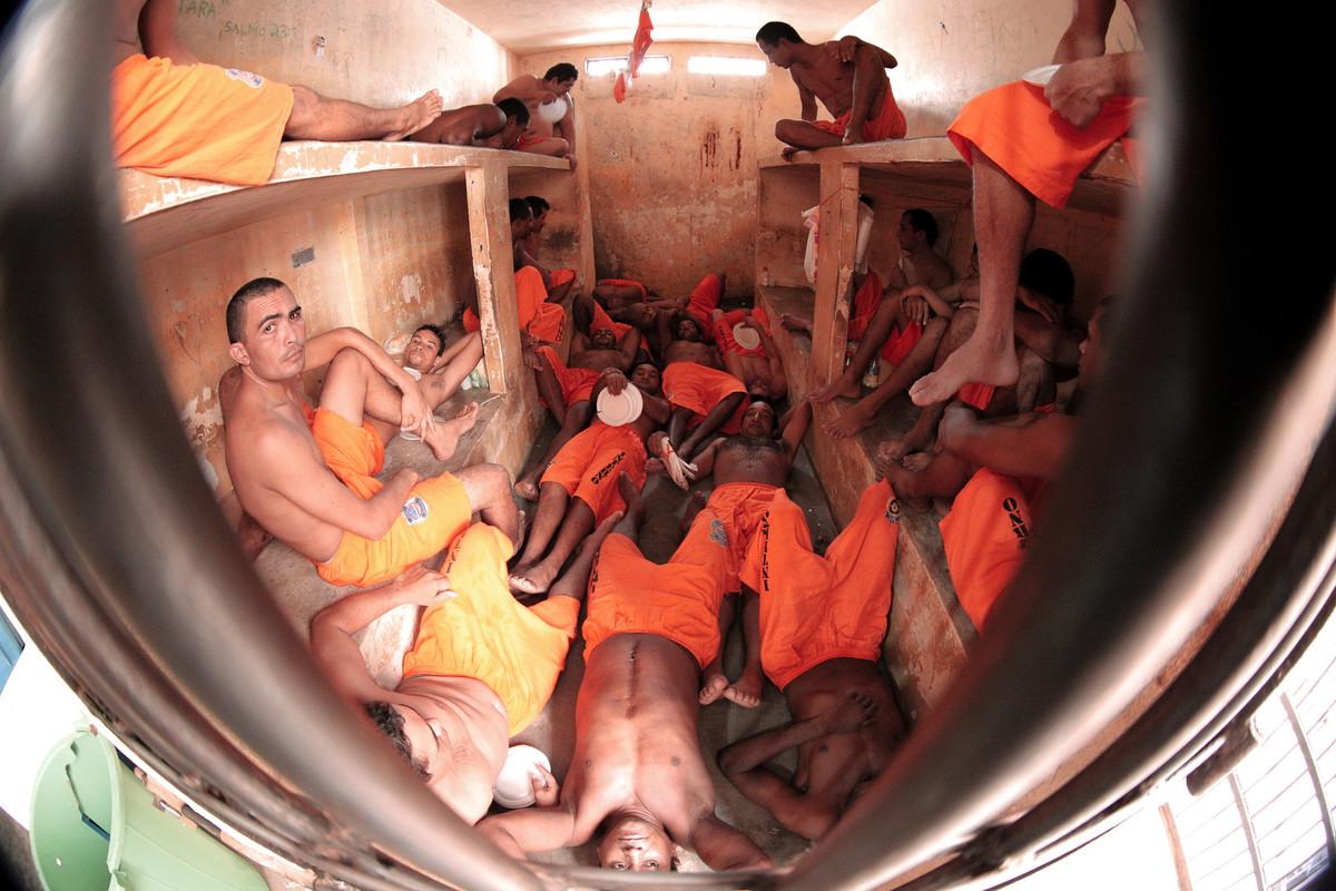 Detentos em cela de triagem. Imagem registrada durante inspeção realizada pela Conectas, Justiça Global, Sociedade Maranhense de Direitos Humanos e OAB-MA. São Luís (MA).