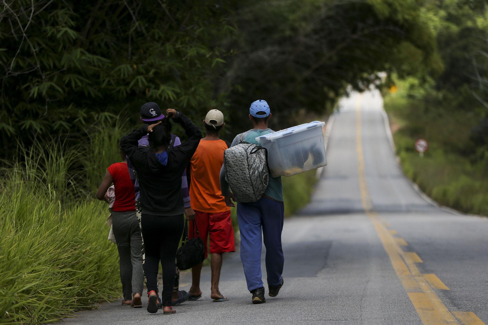 Grupo de migrantes venezuelanos percorre a pé o trecho de 215 km entre as cidades de Pacaraima e Boa Vista (Foto: Marcelo Camargo/Ag. Brasil)