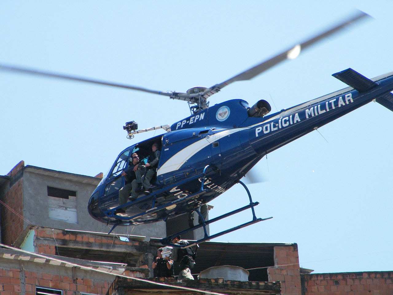 Rio de Janeiro Military Police helicopter hovers over the Alemão favela complex in an operation carried out in 2010 (Vladimir Platonov/ABr)