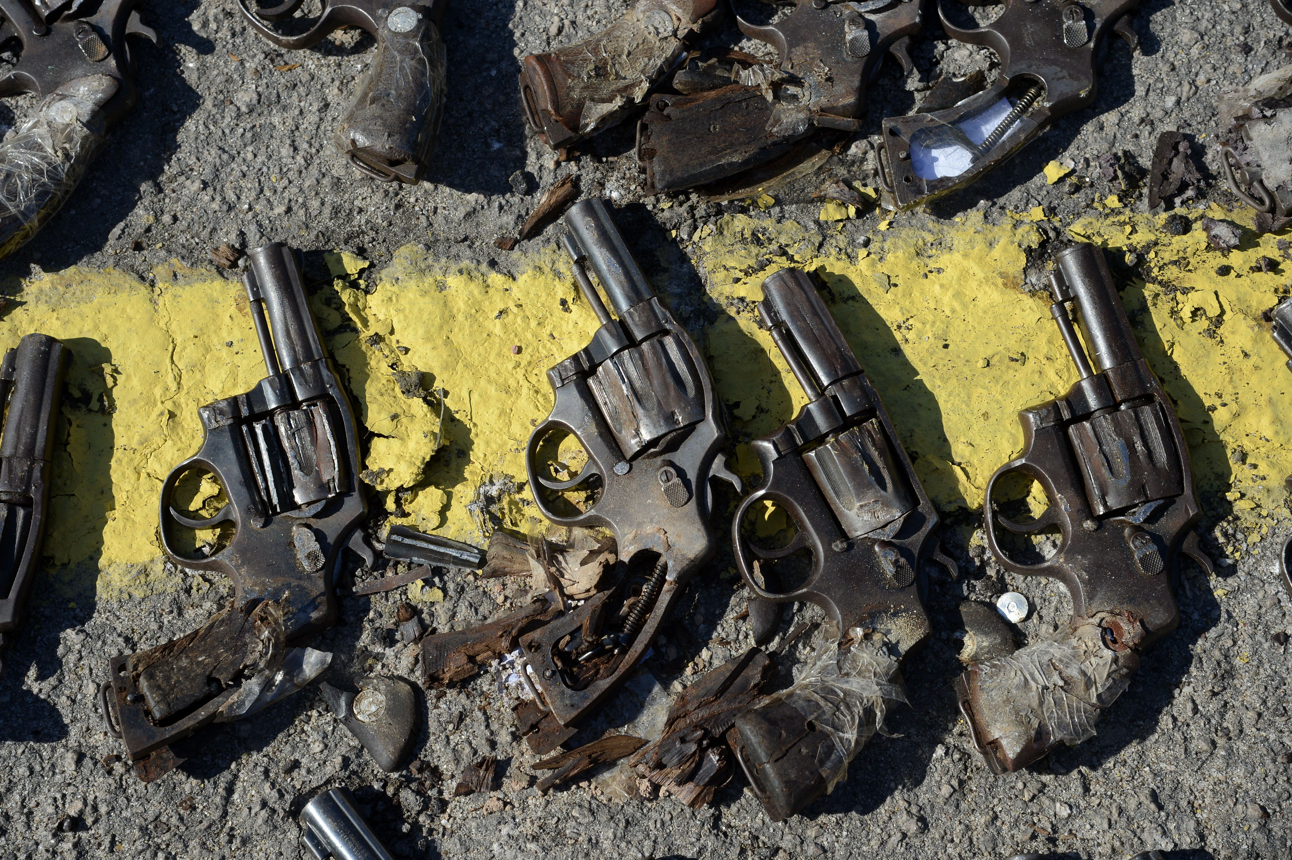 Obsolete and unusable weapons taken to be destroyed by the Army. Photo: Tânia Rego/Agência Brasil)