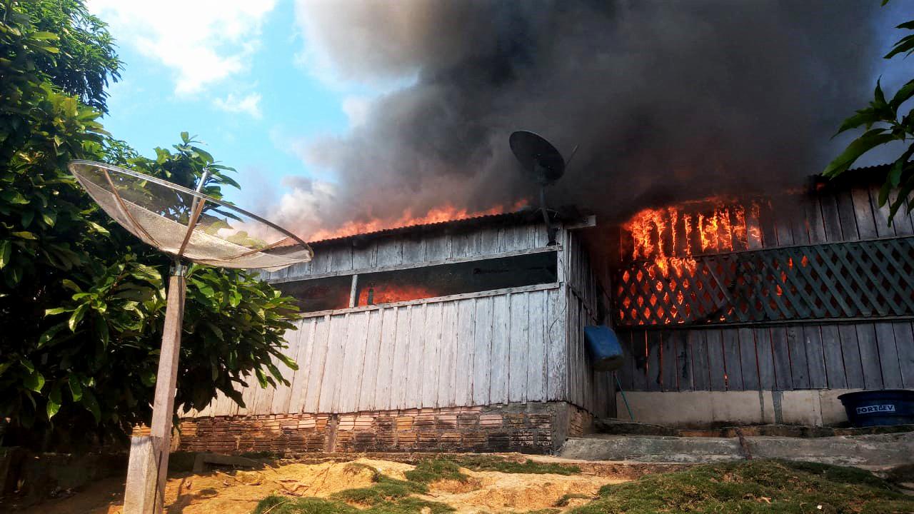 Garimpeiros atacaram a aldeia e incendiaram a casa da liderança Munduruku Maria Leusa Kaba. Foto: Divulgação/Povo Munduruku